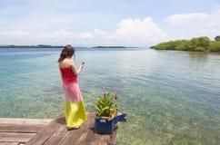 Kvinna som ser den mobila telefonen Royaltyfria Foton