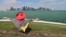 Kvinna som ser Doha horisont arkivfilmer