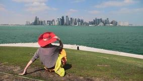 Kvinna som ser Doha horisont stock video