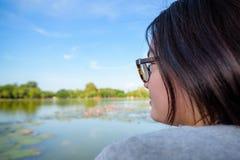 Kvinna som ser ett naturligt arkivfoton
