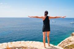 Kvinna som ser havet Arkivfoto