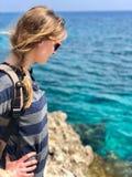 Kvinna som ser havet i Cypern arkivfoto