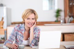 Kvinna som ser hennes bärbar dator Arkivbilder