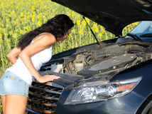 Kvinna som ser in i bilmotorn Arkivfoton