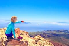 Kvinna som ser inspirerande landskap Arkivfoton