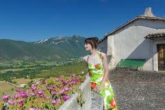 Kvinna som ser lantligt landskap för italienskt berg i den Abruzzo regionen Arkivfoton