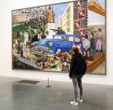 Kvinna som ser målning i galleri Fotografering för Bildbyråer