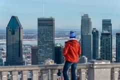 Kvinna som ser Montreal horisont från den Kondiaronk belvederen arkivbild