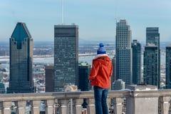 Kvinna som ser Montreal horisont från den Kondiaronk belvederen arkivfoton