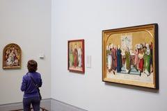 Kvinna som ser National Gallerymästerverket i London Royaltyfri Bild