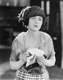 Kvinna som ser olycklig, når att ha fått ett brev (alla visade personer inte är längre uppehälle, och inget gods finns Leverantör Royaltyfri Bild