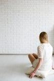 Kvinna som ser på den svarta vita väggen Arkivbilder
