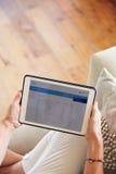 Kvinna som ser packa ihop App på den Digital minnestavlan Royaltyfri Bild