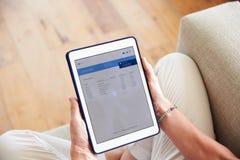 Kvinna som ser packa ihop App på den Digital minnestavlan Fotografering för Bildbyråer