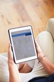 Kvinna som ser packa ihop App på den Digital minnestavlan Royaltyfria Bilder