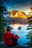 Kvinna som ser Phantom Rock Crater Lake Oregon arkivbilder
