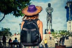 Kvinna som ser statyn i manila Royaltyfria Bilder