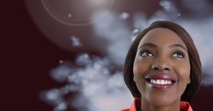 Kvinna som ser upp med dimmig bakgrund Arkivbild
