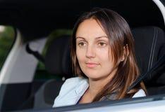 Kvinna som ser ut ur ett bilfönster Fotografering för Bildbyråer