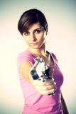 Kvinna som siktar en handeldvapen royaltyfri fotografi