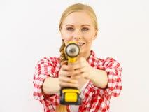 Kvinna som siktar med drillborren royaltyfri bild