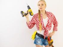 Kvinna som siktar med drillborren arkivfoto
