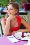 Kvinna som sitter, i cafe och att vila Royaltyfri Bild