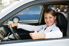 Kvinna som sitter i den nya bilen Arkivbild