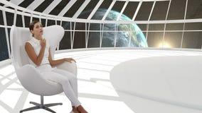 Kvinna som sitter i ett vitt rum arkivfilmer