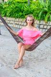 Kvinna som sitter i hängmatta Royaltyfria Foton