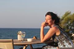 Kvinna som sitter i utomhus- cafe Arkivbild