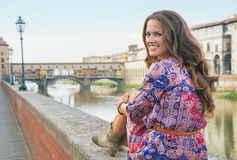 Kvinna som sitter nära pontevecchio i florence Royaltyfri Bild