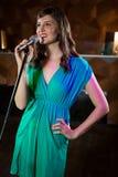 Kvinna som sjunger i stång royaltyfria bilder