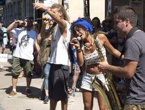 Kvinna som sjunger med en musikgrupp i gatan Arkivfoto