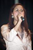 Kvinna som sjunger under en kristen konsert i Bronxen NY Arkivbilder