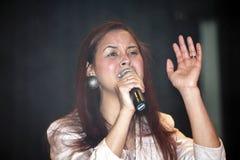 Kvinna som sjunger under en kristen konsert i Bronxen NY Arkivfoto