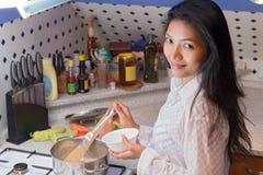 Kvinna som ska lagas mat i köket arkivfoto