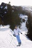 Kvinna som skidar ner lutning Royaltyfri Fotografi