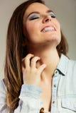 Kvinna som skrapar hennes hals Arkivfoton