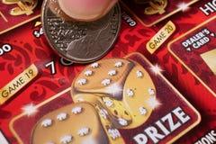 Kvinna som skrapar lottsedeln Arkivfoto