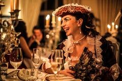 Kvinna som skrattar på ett parti arkivfoton