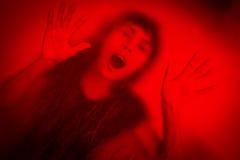 Kvinna som skriker bak nedfläckat eller smutsigt fönsterexponeringsglas Arkivbilder