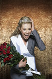 Kvinna som skriker bärande anställd av månadlysande festspelutrustningen mot guld- sammetbakgrund Arkivfoto