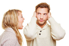 Kvinna som skriker, och hans manbokslut royaltyfria foton