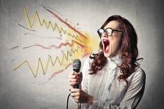 Kvinna som skriker och ropar Arkivfoto