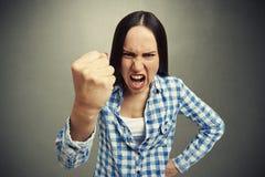 Kvinna som skriker och vinkar hennes näve Arkivbilder
