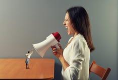 Kvinna som skriker på den lilla ilskna kvinnan Arkivfoton