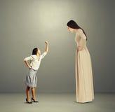 Kvinna som skriker på den stora ilskna kvinnan Arkivbild