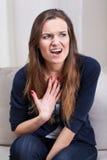 Kvinna som skriker på psykoterapi Arkivfoto