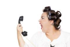 Kvinna som skriker på telefonen arkivbilder